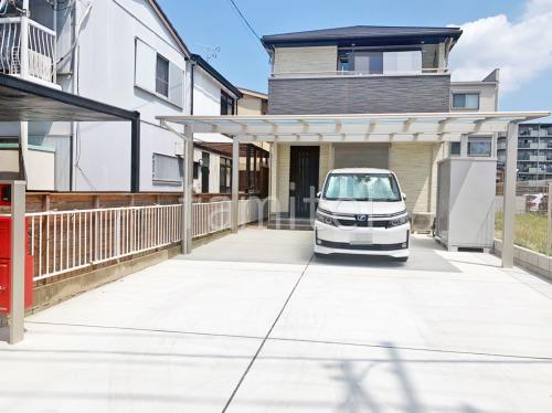 カーポート YKKAP エフルージュグランFIRST 横2台用(ワイド ツイン) F型フラット屋根 駐車場ガレージ床 土間コンクリート 伸縮目地