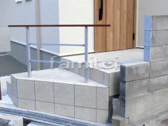 施工例画像:玄関アプローチ階段 床タイル貼り LIXILリクシル グレイスランド300角 GRL-1 手摺り(手すり)  アーキレール