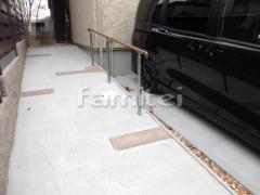 施工例画像:玄関スロープ バリアフリー 段差ステップ解消 アクセント 枕木材 手摺り(手すり) 四国化成 セイフティビームSJ型