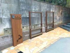 施工例画像:機能門柱 YKKAP ルシアスAM01型 グリーンフレーム LIXILリクシル エコリス グリーンメッシュ Gフレーム アプローチ 床石貼り 乱形石 石英岩