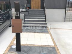 施工例画像:機能門柱 YKKAP シンプレオ1型 アプローチ 床石貼り 乱形石 石英岩 床タイル貼り LIXILリクシル フィネッツア300角 FN-11