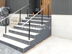施工例画像:玄関アプローチ階段 床タイル貼り LIXILリクシル フィネッツア300角 FN-11 FN-12 手すり
