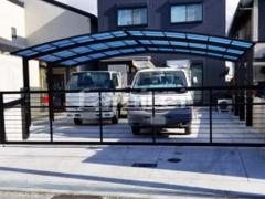 施工例画像:カーポート YKKAP レイナポートグラン 横3台用(ワイド トリプル) R型アール屋根 電動跳ね上げ式門扉 三協アルミ ラビーネ1型