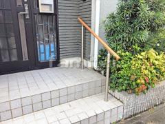 施工例画像:玄関ポーチ階段手摺り(手すり) LIXILリクシル 木製調グリップライン
