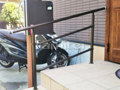 施工例画像:玄関ポーチ手摺り(手すり) YKKAP パルトナーUD2型 安全防護柵付き