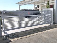 施工例画像:電動跳ね上げ式門扉 LIXILリクシル ワイドオーバードアS3型 横2台用 アップゲート
