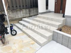 施工例画像:玄関アプローチ 床石貼り 乱形石 石英岩 LIXILリクシル グレイスランド 300角