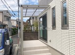 施工例画像:雨除け屋根 LIXILリクシル 独立式フーゴFテラス 1階用 F型フラット屋根 タイルデッキ マルモアート300角