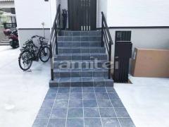 施工例画像:玄関アプローチ階段 床タイル貼り LIXILリクシル グレイスランド300角 機能門柱 YKKAP ルシアスAM01型