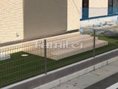 施工例画像:タイルデッキ LIXILリクシル グレイスランド300角 お庭 人工芝