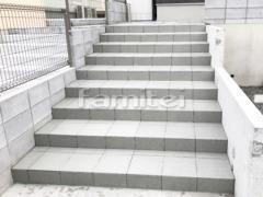施工例画像:玄関アプローチ階段 タイルデッキ LIXILグレイスランド300角