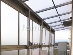 施工例画像:雨除け屋根 YKKAP ソラリアテラス屋根 1階用 F型フラット屋根 物干し 目隠しパネル(前面 正面) 2段