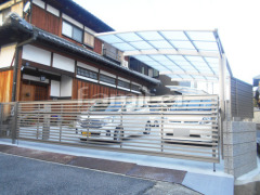 施工例画像: カーポート YKKAP レイナポートグラン 縦1.5台用(1台+延長 縦連棟) R型アール屋根 電動跳ね上げ式門扉 LIXILリクシル ワイドオーバードアS3型 横2台用 アップゲート