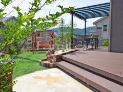 施工例画像:フル木製調テラス屋根 YKKAP サザンテラス パーゴラタイプ 1階用 F型フラット屋根 デッキフェンス YKKAP ルシアスA03型