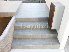 施工例画像:玄関アプローチ階段 床タイル貼り LIXILリクシル ブルーノ300角