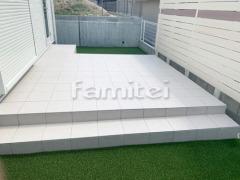 施工例画像:タイルデッキ LIXILリクシル 300角 お庭 人工芝 防草シート加工