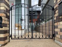 施工例画像:玄関鋳物門扉 LIXILリクシル ラフィーネ4型 07-12 両開き