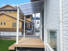 施工例画像:雨除け屋根 LIXILリクシル スピーネ 1階用 F型フラット屋根 人工木材ウッドデッキ 樹ら楽ステージ(きらら) 樹脂