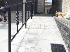 施工例画像:玄関スロープ 床石貼り 乱形石 石英岩 手摺り(手すり) LIXILリクシル アーキレール