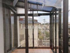 施工例画像:ガーデンルーム YKKAP ソラリア F型フラット屋根 テラス囲い サンルーム 竿掛け 網戸 網戸(両側面)