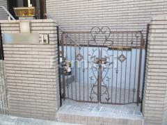 施工例画像:玄関鋳物門扉 三協アルミ ハーベリー4型 12-06 両開き