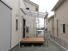 施工例画像:雨除け屋根 YKKAP ソラリアテラス屋根 1階用 F型フラット屋根 物干し 人工木材ウッドデッキ LIXILリクシル 樹ら楽ステージ(きらら) 樹脂