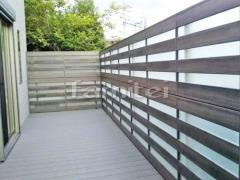 施工例画像:人工木材ウッドデッキ LIXILリクシル 樹ら楽ステージ(きらら) 樹脂 目隠しフェンス塀 LIXILリクシル 木製調AA YT1型 横採光