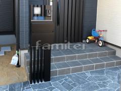 施工例画像:機能門柱 YKKAP ルシアスポストユニットAS02型 玄関アプローチ 床石貼り 乱形石 石英岩