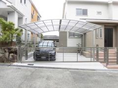 施工例画像:カーポート YKKAP レイナポートグラン 横2台用(ワイド ツイン) R型アール屋根 電動跳ね上げ式門扉 ワイドオーバードアS1型 横2台用 アップゲート