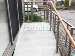 施工例画像:スロープ バリアフリー 段差ステップ解消 玄関ポーチ手摺り(手すり) LIXILリクシル 木製調グリップライン