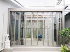 施工例画像:ガーデンルーム LIXILリクシル ジーマ サンルーム F型フラット屋根 内部日除け  タイルデッキ グレイスランド300角