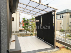 施工例画像:雨除け屋根 LIXILリクシル スピーネ 1階用 F型フラット屋根 タイルデッキ 300角 物干し 日除け スタイルシェード