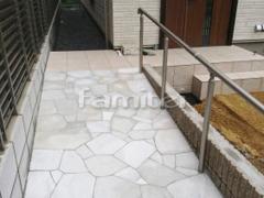 施工例画像:玄関スロープ 床石貼り 乱形石 石英岩 手摺り(手すり) LIXILリクシル グリップライン