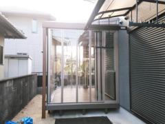 施工例画像:木製調ガーデンルーム LIXILリクシル ジーマ サンルーム F型フラット屋根 人工木材ウッドデッキ 樹ら楽ステージ(きらら) 樹脂