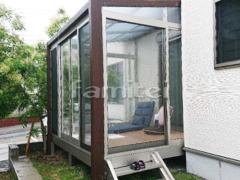 施工例画像:木製調ガーデンルーム YKKAP ソラリア テラス囲いサンルーム F型フラット屋根 網戸(正面 両側面)