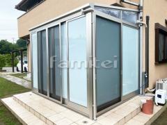 施工例画像:ガーデンルーム YKKAP ソラリア テラス囲いサンルーム F型フラット屋根 物干し 網戸(正面 両側面)