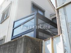 施工例画像:ガーデンルーム YKKAP ソラリア テラス囲いサンルーム F型フラット屋根 物干し 網戸(正面 左側面)