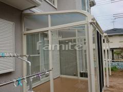 施工例画像:ガーデンルーム YKKAP ソラリア サンルーム R型アール屋根 物干し 網戸(正面)