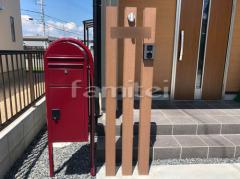 施工例画像:門柱 木製調デザイン角柱 ディーズガーデン 枕木材 郵便受けポスト セキスイエクステリア ボビカーゴ ボビラウンドポール ボルドー