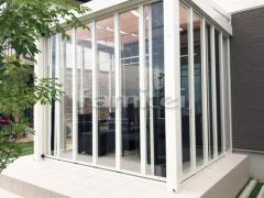 施工例画像:ガーデンルーム LIXILリクシル ジーマ サンルーム F型フラット屋根 収納網戸 竿掛け タイルデッキ 300角