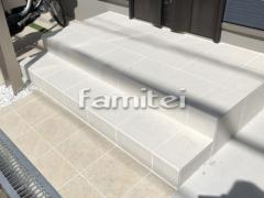 施工例画像:玄関アプローチ タイルデッキ LIXILリクシル フィネッツァ300角 FN-11 床タイル貼り LIXILリクシル グレイスランド300角 GRL-1
