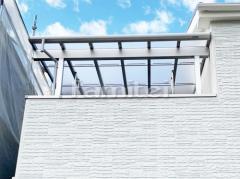 施工例画像:ベランダ屋根 YKKAP ソラリアテラス屋根 2階用 積雪50cm対応 F型フラット屋根 物干し