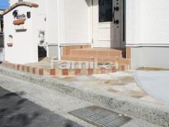 施工例画像:玄関アプローチ 床石貼り 乱形石 石英岩 1段レンガ縦積み ユニソン ソイルレンガ