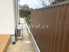 施工例画像:目隠しフェンス塀 LIXILリクシル 木製調AB TS2型 縦スリット2