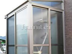 施工例画像:ガーデンルーム YKKAP 目隠しソラリア サンルーム F型フラット屋根 網戸(正面 両側面)
