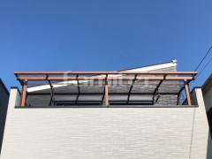 施工例画像:フル木製調ベランダ屋根 YKKAP サザンテラス フレームタイプ 2階用 F型フラット屋根 物干し ポリカーボネート板取付