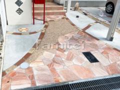 施工例画像:玄関アプローチ 床石貼り 乱形石 石英岩 隠れミッキーデザイン ディズニー レンガ目地 ユニソン ソイルレンガ