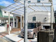 施工例画像:カーポート LIXILリクシル ネスカR 1台用(単棟) R型アール屋根 M合掌 駐車場ガレージ床 土間コンクリート 目地 ユニソン ソイルレンガ