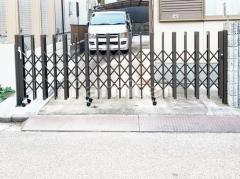 施工例画像:伸縮門扉 LIXILリクシル アルシャイン2 H型Aタイプ 片開き アコーディオンゲート 既存ゲート解体撤去