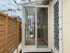 施工例画像:ガーデンルーム YKKAP ソラリア F型フラット屋根 テラス囲い サンルーム 網戸(正面 両側面)